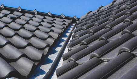 Noues d'abergement en zinc sur un toit en tuiles grises