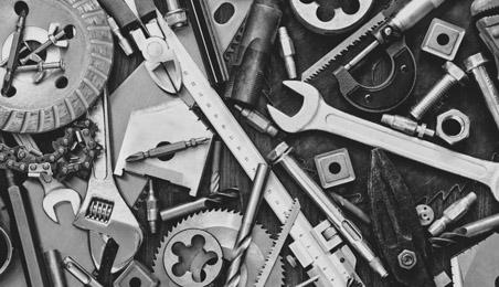 Ensemble d'outils, clés, boulons, et autres en noir et blanc