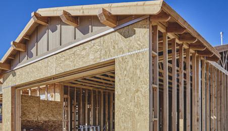 Structure de maison en bois, panneaux et bastaings