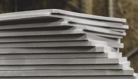 Pile de panneaux de polystyrène blanc