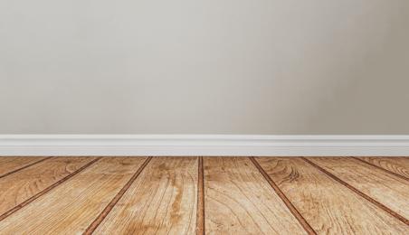 Parquet contrecollé en bois brut devant un mur blanc
