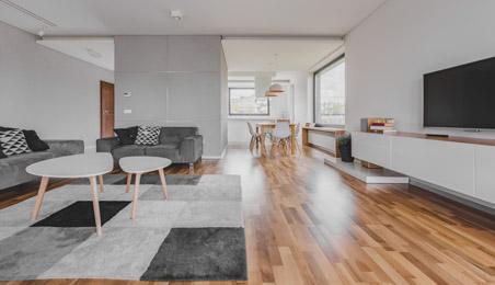 Salon contemporain avec sol en parquet bois naturel