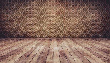 Parquet en bois brut devant un mur tapissé de motifs bruns