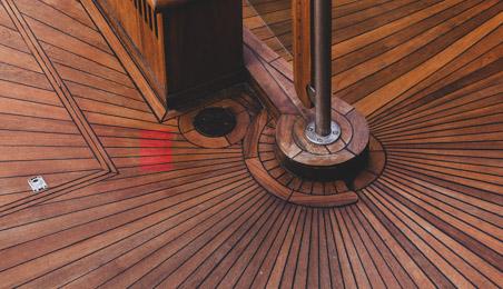 Sol en bois foncé posé en rayons autour d'une colonne en bois