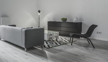 Sol en parquet bois gris avec mobilier moderne gris
