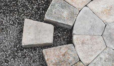 Pavés de pierre en rosace