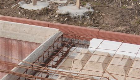 Planelles en brique en bordure de plancher en construction