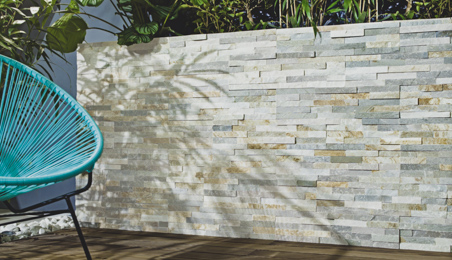 Mur de terrasse décoré avec des plaquettes de parement aspect pierre