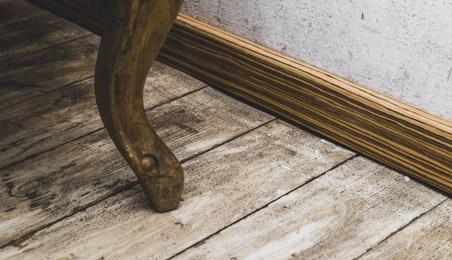 Plinthes bois sur un sol en parquet contrecollé bois brut
