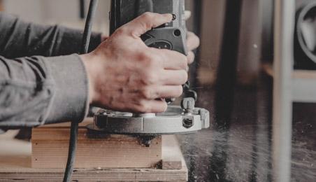Ouvrier ponçant un rebord en bois