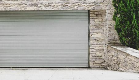 Porte de garage blanche à enroulement