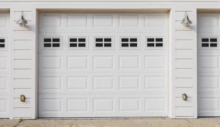 Porte de garage sectionnelle blanche à petits carreaux