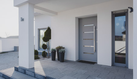 Porche de maison contemporaine avec porte d'entrée en acier gris et verre