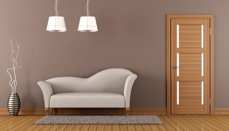 Porte d'intérieur en bois de style contemporain, canapé blanc