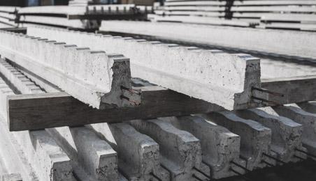 Poutrelles pré-contraintes entreposées dans une zone de stockage