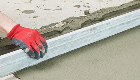 Ouvrier réalisant un ragréage de sol