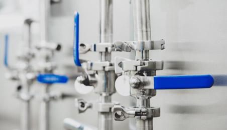 Ensemble de tuyaux métalliques avec vannes bleues