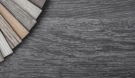 Sol PVC décor bois gris avec nuancier de lames PVC décor bois de différentes teintes