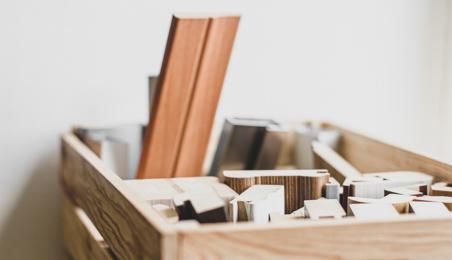Tasseaux et moulures dans une boite en bois