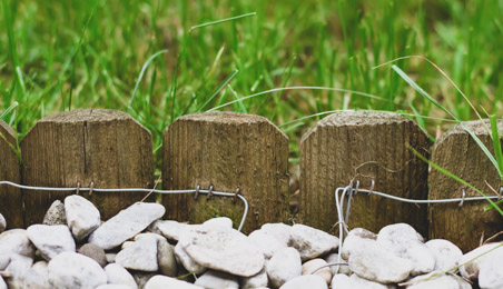 Traverses en bois délimitant une allée