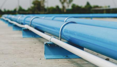 Tuyaux d'adduction d'eau en PVC bleu