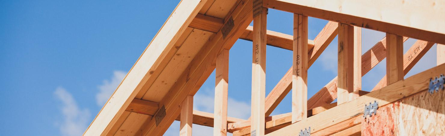 Planches de bois pour charpente et toiture