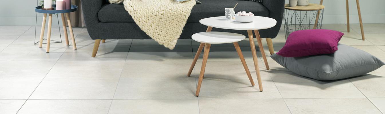 Salon design avec carrelage grandes dalles couleur pierre