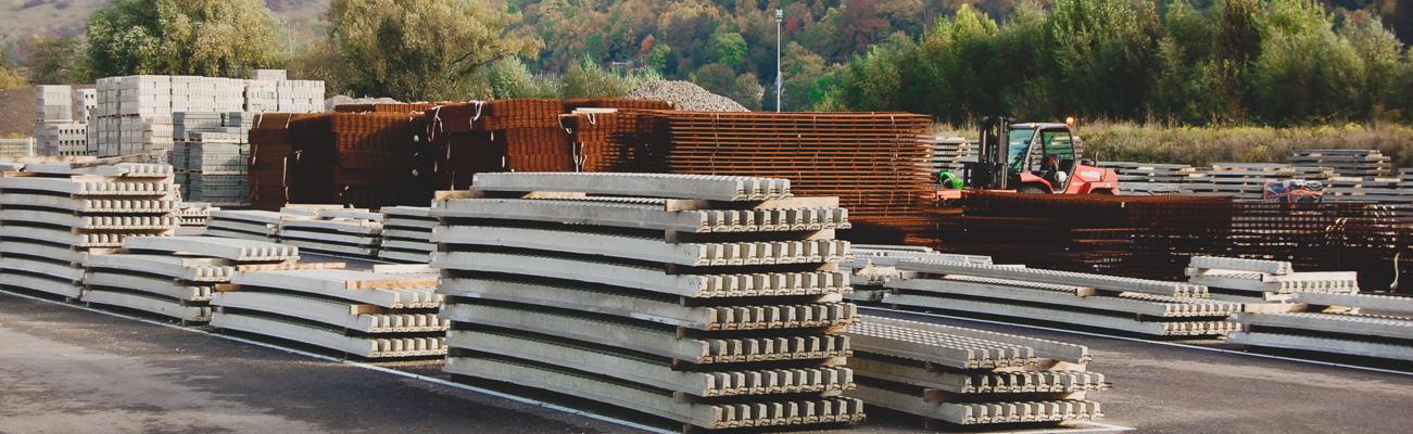 Matériaux de construction, poutrelles et treillis soudés sur une zone de stockage bien rangée