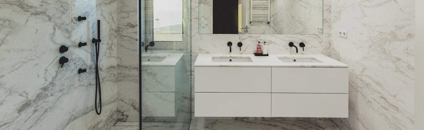 Salle de bains en marbre blanc, mobilier contemporain blanc