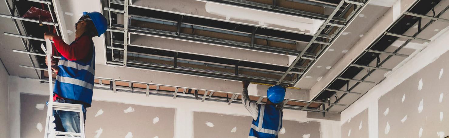 Ouvriers posant des rails métalliques au plafond