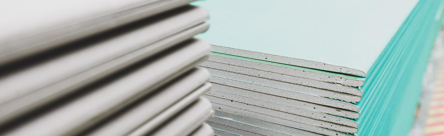 Pile de plaques de plâtre standard et hydrofuge