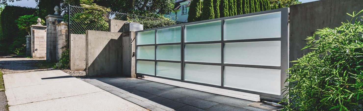 Portail moderne en acier et verre dépoli