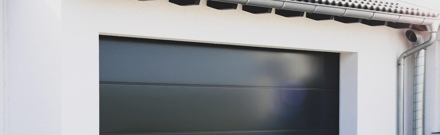 Porte de garage sectionnelle en métal noir