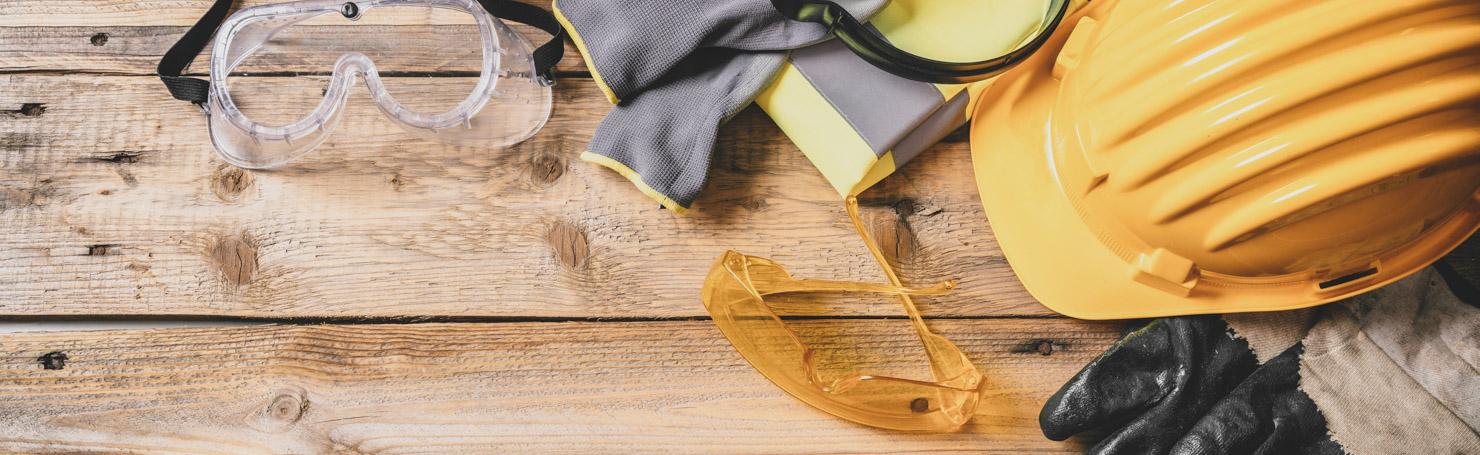Casque de chantier jaune, lunettes et gants de protection