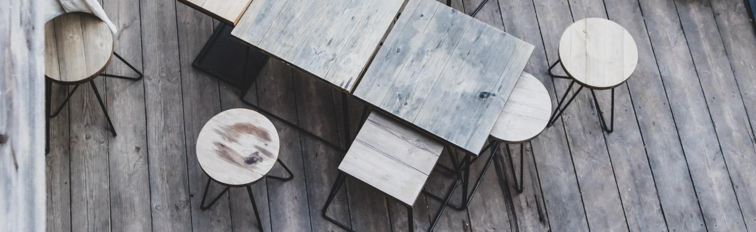 Terrasse en bois ensemble, ensemble de tables en bois et tabourets
