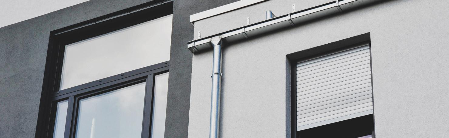 Volet roulant sur une fenêtre de maison contemporaine à toit plat