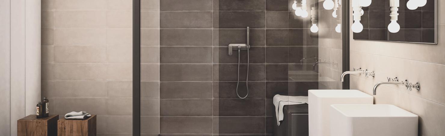 Salle de bains moderne dans les teintes brunes, vasques carrées, robinets chromés