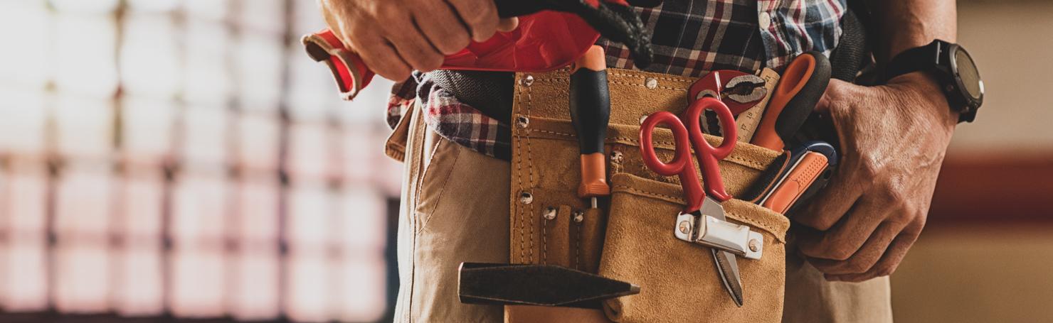 Ouvrier portant une ceinture d'outils