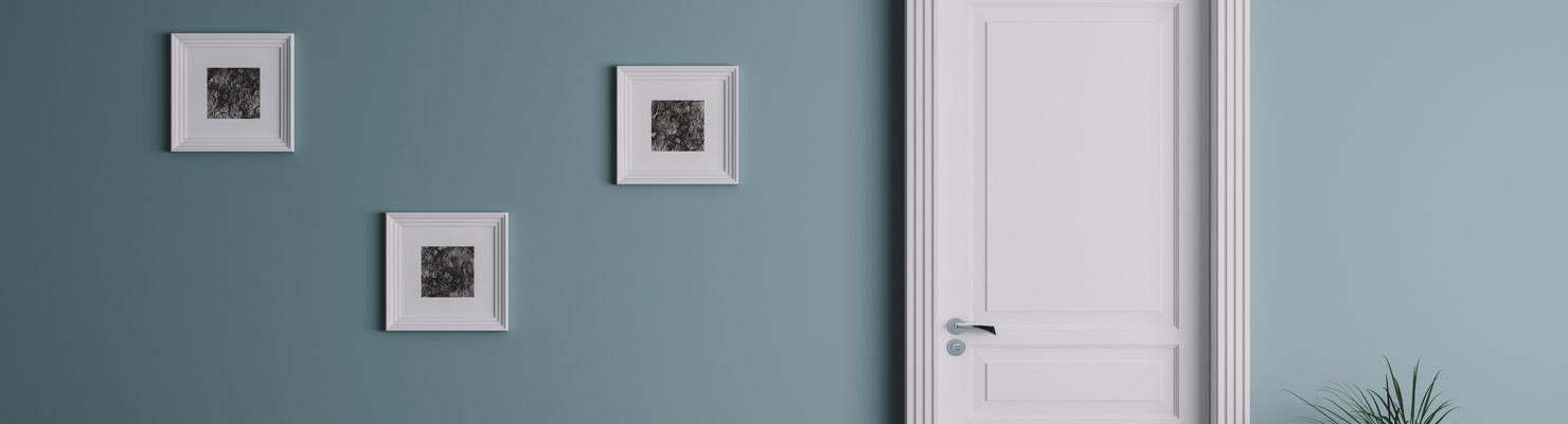 Porte d'intérieur blanche sur un mur bleu