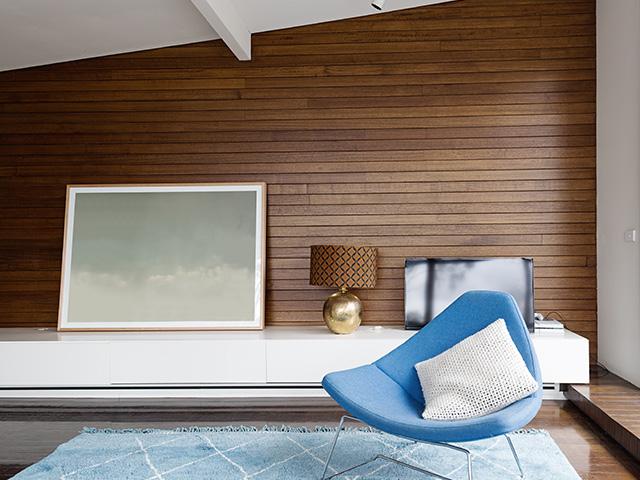 Salon avec un mur en lambris bois