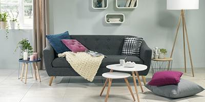 Salon avec canapé noir, inspiration scandinave