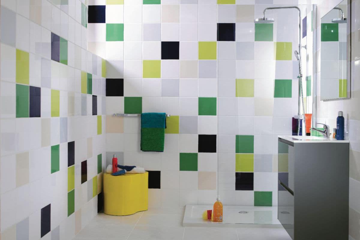 La faience murale dans une salle de bain pour un style pop et acidulé