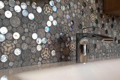 Une mosaique en verre pour égayer une salle de bain peu lumineuse